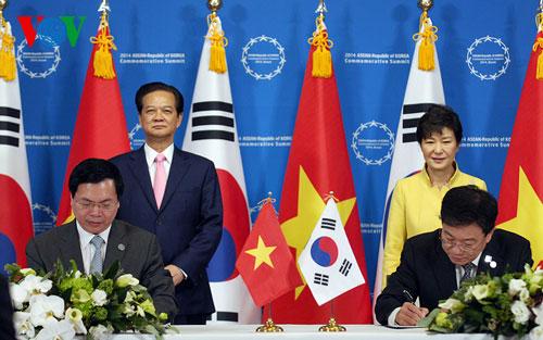 Thời sự sáng ngày 11/12/2014:Lễ ký kết thúc đẩy đàm phán Hiệp định Thương mại tự do (FTA) Việt Nam - Hàn Quốc đã diễn ra tối qua - Đây là sự kiện quan trọng góp phần thúc đẩy toàn diện quan hệ Đối tác chiến lược giữa hai nước.