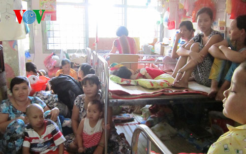 Dịch chồng dịch đã khiến cho mỗi ngày các bệnh viện ở Thành phố Hồ chí minh tiếp nhận 6000-7000 bệnh nhân (Thời sự đêm ngày 6/10/2015)