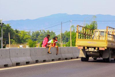 Tại Khánh Hòa nguy cơ tai nạn giao thông khi người dân thường trèo qua dải phân cách của quốc lộ 1A để sang đường.