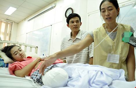 Sở Y tế tỉnh Đắk Lắk đình chỉ công tác 4 cán bộ Khoa Ngoại Bệnh viện đa khoa huyện Chư Quynh để điều tra làm rõ nguyên nhân vụ nữ sinh lớp 10 bị cưa chân (Thời sự đêm 16/3/2016)
