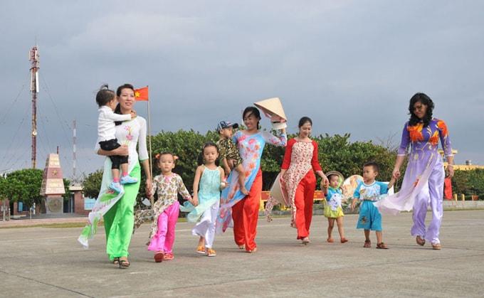 Luật Biển Việt Nam được Quốc hội thông qua vào tháng 6/2012, trong đó khẳng định chủ quyền đối với 2 quần đảo Hoàng Sa và Trường Sa đã được giới thiệu tới 166 quốc gia và nhận được sự ủng hộ mạnh mẽ của bạn bè quốc tế. (Thời sự chiều 11/3/2016)