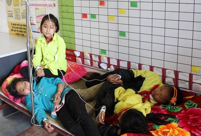 Chỉ hai ngày qua, tại 3 địa phương: Hà Giang, thành phố Hồ Chí Minh và Tiền Giang có hàng trăm học sinh và công nhân bị ngộ độc thực phẩm. (Thời sự trưa 11/3/2016)