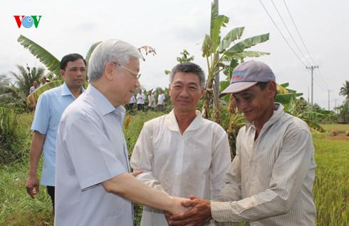 Tổng Bí thư Nguyễn Phú Trọng yêu cầu tỉnh Bến Tre cần phải có những kế hoạch và giải pháp cụ thể cả trước mắt và lâu dài, chủ động ứng phó với hạn mặn và biến đổi khí hậu. (Thời sự đêm 17/3/2016)