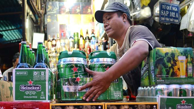 Thời sự trưa ngày 4/11/2014: Thảo luận về luật thuế tiêu thụ đặc biệt, các đại biểu đề nghệ tăng mạnh thuế này đối với các mặt hàng rượu bia, thuốc lá để hạn chế người mua.