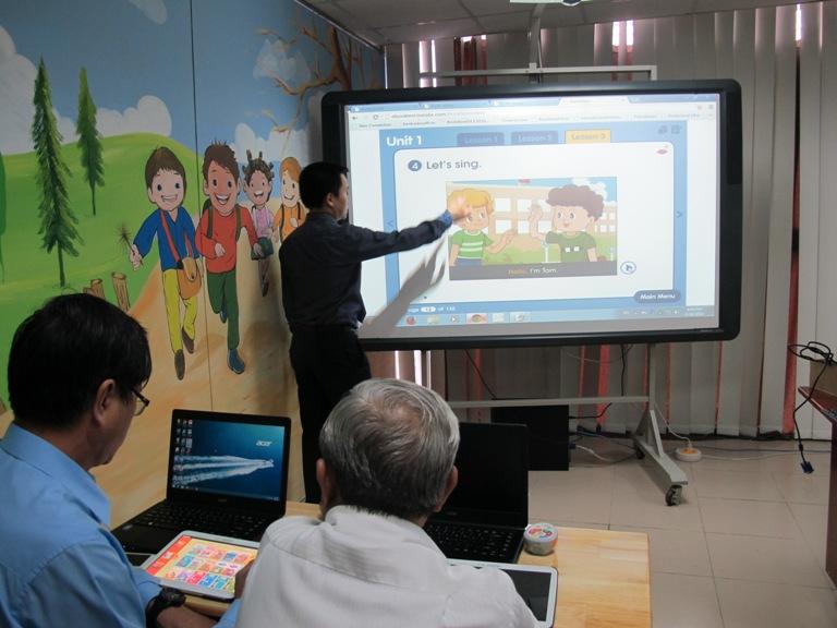 Thời sự trưa ngày 22/8/2014: Băn khoăn tính khả thi của đề án sử dụng máy tính bảng cho học sinh tiểu học ở thành phố Hồ Chí Minh