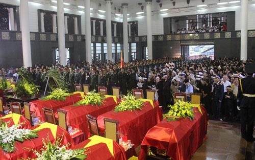 Thời sự trưa ngày 11/7/2014: Lễ viếng và truy điệu 18 sỹ quan, quân nhân hy sinh trong vụ rơi máy bay trực thăng Mi 171 được tiến hành trọng thể tại Nhà Tang lễ quốc gia Hà Nội