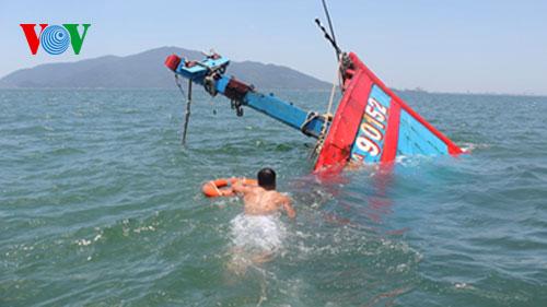 Thời sự trưa ngày 08/7/2014: Đại diện Đoàn luật sư Đà Nẵng đốc thúc phía Trung Quốc cung cấp lai lịch tàu cá Trung Quốc đã đâm chìm tàu ĐN 90152 vào ngày 26/5, để hoàn thiện hồ sơ khởi kiện chủ tàu cá này
