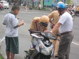 Thời sự đêm ngày 02/7/2014: Lực lượng Cảnh sát giao thông chỉ xử phạt 2 hành vi vi phạm là người đi mô tô xe máy không đội mũ bảo hiểm hoặc đội mũ bảo hiểm nhưng không cài quai