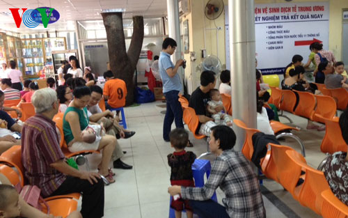 Chính phủ với người dân ngày 11/7/2014: Quá tải tại các điểm tiêm chủng dịch vụ ở Hà Nội