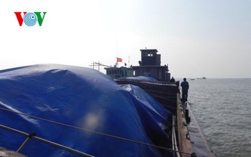 Bắt giữ gần 5.000 tấn than và 50.000 lít dầu lậu trên khu vực vùng biển giáp ranh giữa Hải Phòng và Quảng Ninh. (Thời sự chiều 21/10/2015)