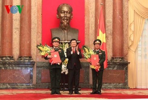Chủ tịch nước Trương Tấn Sang trao quyết định thăng quân hàm từ Thượng tướng lên Đại tướng cho đồng chí Ngô Xuân Lịch và đồng chí Đỗ Bá Tỵ. (Thời sự đêm ngày 05/10/2015)