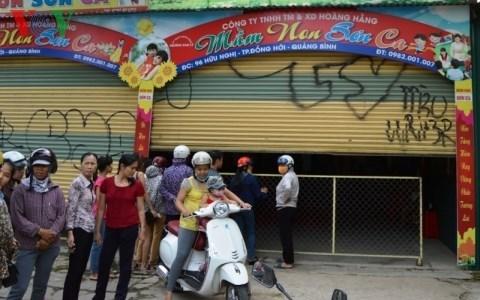 UBND thành phố Đồng Hới, tỉnh Quảng Bình ra quyết định xử phạt hành chính và yêu cầu giải thể cơ sở giáo dục mầm non tư thục Sơn Ca liên quan đến vụ bạo hành trẻ em (Thời sự đêm ngày 8/10/2015)
