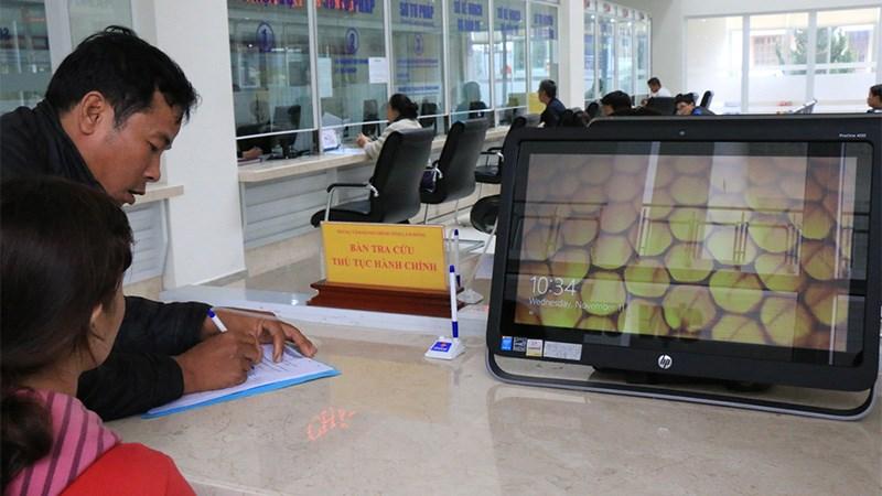 Người dân chưa thích nghi với trang thiết bị hiện đại tại các Trung tâm hành chính công.