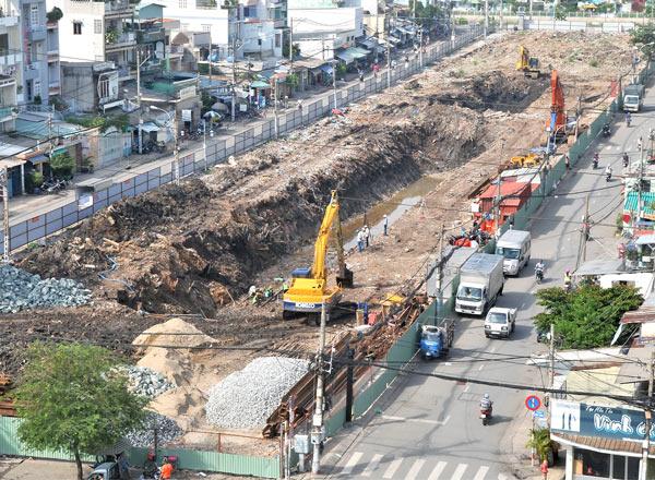 UBND thành phố Hồ Chí Minh vừa phê duyệt dự án chống ngập khoảng 10 nghìn tỉ đồng, trong đó có việc phục hồi nguyên trạng tuyến kênh rạch đã bị lấp (Thời sự trưa 24/11/2015)