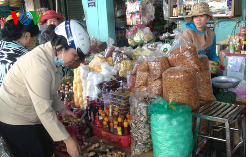 """Điểm hẹn 17h ngày 09/02/2015: Hàng hóa """"3 không: không nhãn mác, không nguồn gốc xuất xứ, không rõ chất lượng"""" được bày bán công khai tại một chợ chuyên bán hàng cho công nhân ở Hà Nội"""