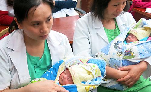 Việt Nam trong tuần, ngày 14/3/2015: Hai bé sinh non được nuôi sống: Kỳ tích của y học Việt Nam!
