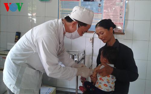 Thời sự đêm ngày 19/4/2015: Từ cuối tháng 4 này, thành phố Hà Nội quyết định triển khai 2 đợt tiêm chủng chính thức cho trẻ em thay vì một đợt trong một tháng như trước đây.