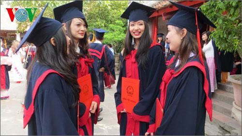 Thời sự trưa ngày 24/4/2015: Theo báo cáo của Chính phủ, năm 2014, số lao động có trình độ đại học, cao đẳng thất nghiệp tăng gấp đôi so với năm 2010.