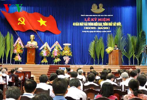 Thời sự chiều ngày 29/4/2015: Chủ tịch nước Trương Tấn Sang và Thủ tướng Nguyễn Tấn Dũng dự Lễ Kỷ niệm 40 năm Giải phóng miền Nam, thống nhất đất nước tại Long An, Hậu Giang và Cần Thơ.