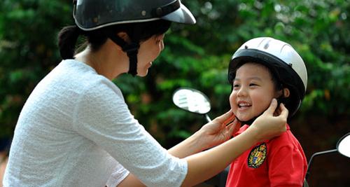 Thời sự trưa ngày 05/4/2015: Bắt đầu từ ngày mai thực hiện đợt cao điểm tuyên truyền, xử lý vi phạm về quy định đội mũ bảo hiểm cho trẻ em khi lưu thông bằng xe đạp điện, xe gắn máy.