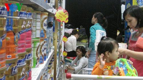 Thời sự đêm ngày 14/5/2015: Bộ Tài chính nhận định, đang có dấu hiệu doanh nghiệp thao túng, chuyển giá sữa từ nước ngoài trước khi nhập về Việt Nam.
