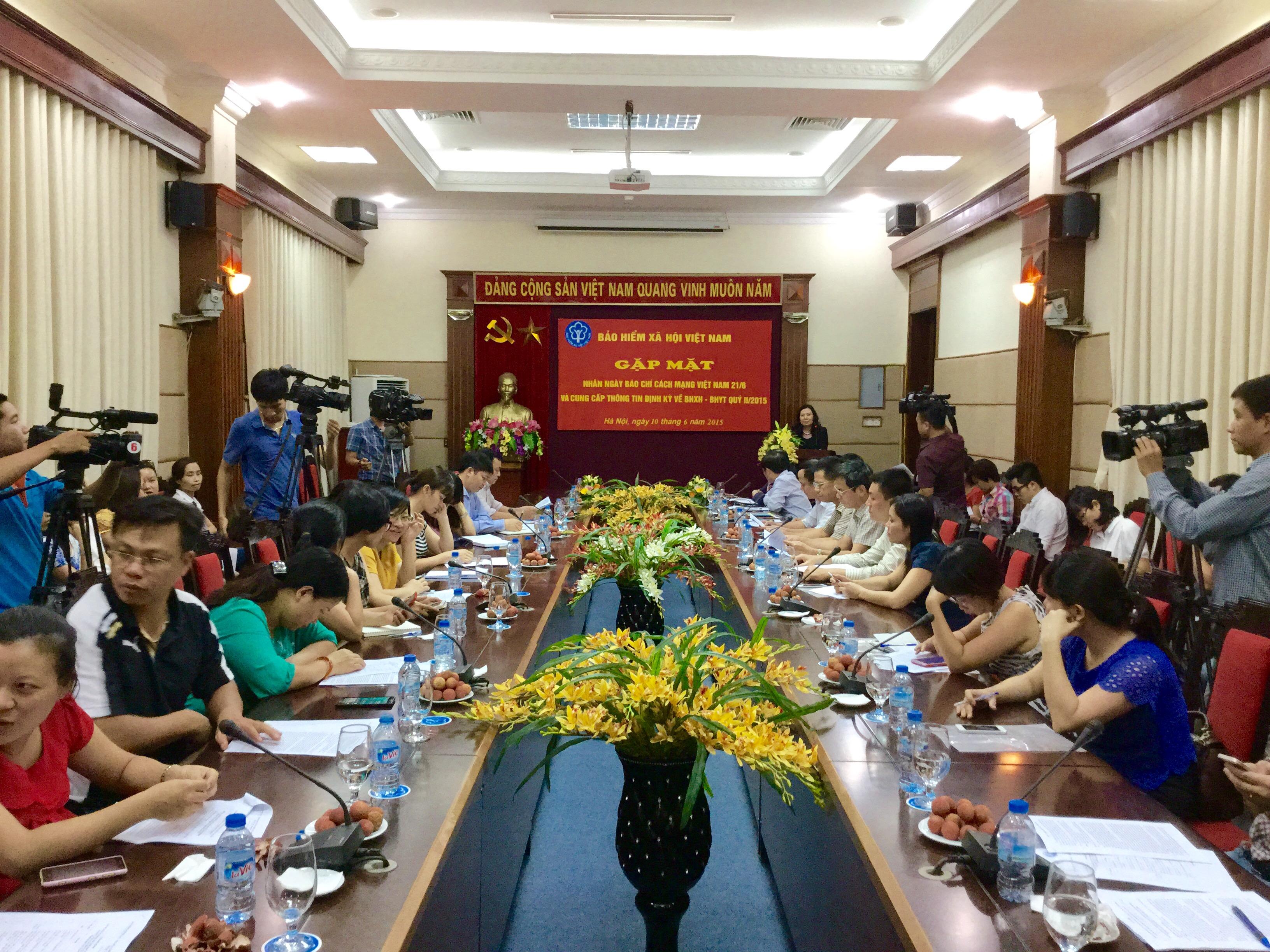 Thời sự đêm ngày 10/6/2015: Tại buổi họp báo chiều nay, đại diện Bảo hiểm xã hội Việt Nam khẳng định, thông tin về tỷ lệ người tham gia bảo hiểm y tế bị sụt giảm là không chính xác.