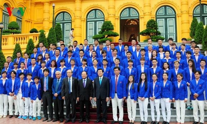Thời sự đêm ngày 23/6/2015: Chủ tịch nước Trương Tấn Sang gặp mặt thân mật các huấn luyện viên, vận động viên tiêu biểu của Việt Nam dự SEA Games 28.