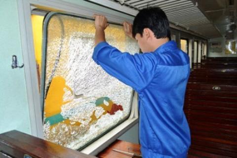 Ném đất đá lên ô tô, tàu hỏa - Phải xử phạt thật nghiêm.