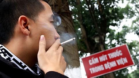 Khó xử phạt hành vi hút thuốc lá nơi công cộng (Pháp luật và đời sống ngày 24/7/2015)