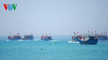 Hỗ trợ ngư dân vươn khơi bám biển (Biển đảo Việt Nam ngày 3/7/2015)