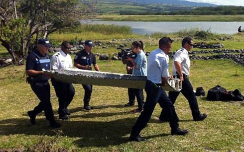 Thời sự chiều ngày 30/7/2015: Pháp phát hiện mảnh vỡ dài 2 mét nghi là cánh của chiếc máy bay MH370 của Malaysia tại một vùng biển của Pháp