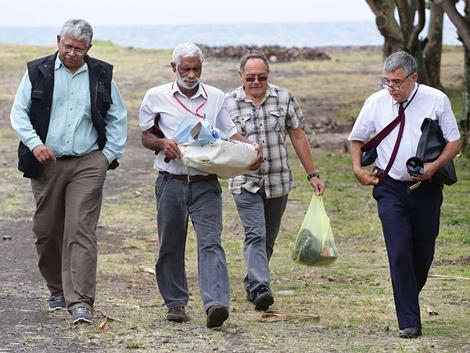 Thời sự chiều ngày 06/8/2015: Hãng hàng không Malaysia Airlines thông báo tìm thấy thêm các mảnh vỡ máy bay được cho là của máy bay MH370 trên đảo Rê-uy-ni-ông