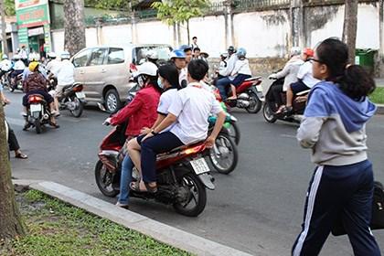 Nhiều nơi học sinh và phụ huynh phớt lờ luật giao thông đường bộ