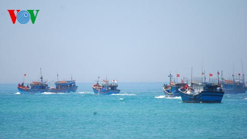 Cung cấp thông tin, trang bị kiến thức hỗ trợ ngư dân vươn khơi bám biển.