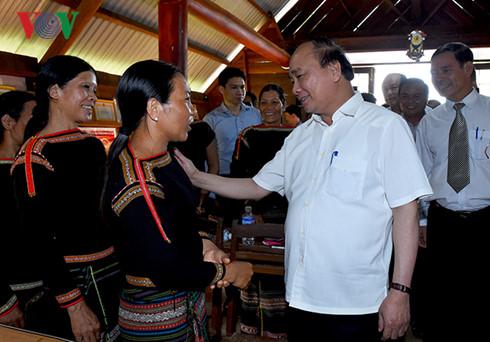 Thủ tướng Nguyễn Xuân Phúc thăm hỏi bà con người dân tộc thiểu số tại tỉnh Đắc Lắc (Thời sự đêm 19/6/2016)
