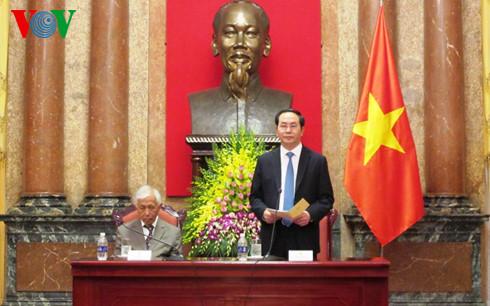 """Chủ tịch nước Trần Đại Quang  gặp mặt Đoàn các giáo sư đoạt giải Nobel và các nhà khoa học quốc tế tham dự Hội nghị quốc tế """"Khoa học cơ bản và xã hội"""" (Thời sự chiều 9/7/2016)"""