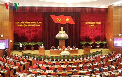Hội nghị lần thứ ba Ban Chấp hành Trung ương Đảng khóa 12 khai mạc sáng nay tại Hà Nội, thảo luận và quyết định nhiều vấn đề quan trọng, trong đó có việc giới thiệu nhân sự cấp cao các cơ quan Nhà nước để Quốc hội khóa mới bầu hoặc phê chuẩn theo quy định của pháp luật (Thời sự chiều 4/7/2016)