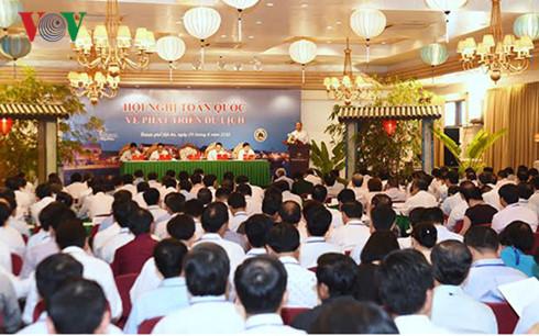 Thủ tướng Nguyễn Xuân Phúc yêu cầu các đại biểu không bàn đến thành tích mà đánh giá những bất cập, khó khăn từ đó xác định giải pháp rõ và cụ thể hơn để phát triển ngành du lịch, đưa du lịch thành ngành kinh tế mũi nhọn (Thời sự trưa 9/8/2016)