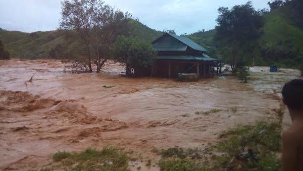 Cống dẫn dòng công trình thủy điện sông Bung 2 ở huyện Nam Giang, tỉnh Quảng Nam đã bị vỡ vào chiều nay khiến nước tràn về hạ du (Thời sự đêm 13/9/2016)