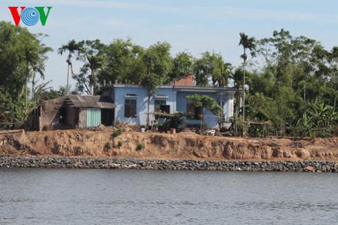 Nhiều hộ dân huyện Triệu Phong, tỉnh Quảng Trị, sống ven sông Thạch Hãn đối mặt với nỗi lo sạt lở, mất đất, mất nhà trong mùa mưa bão vì nạn khai thác cát lậu hoành hành (Thời sự đêm 23/9/2016)