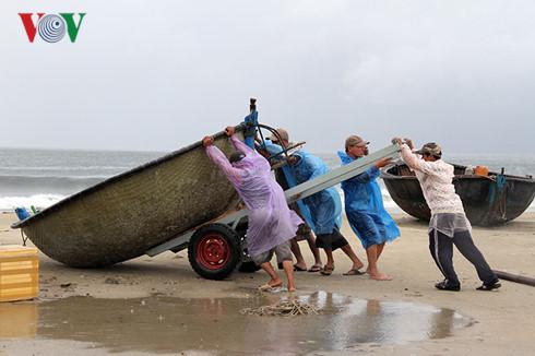 Áp thấp nhiệt đới đã mạnh lên thành bão giật cấp 8, trở thành cơn bão số 4 trong năm nay ở biển Đông. Các tỉnh từ Quảng Trị đến Bình Định và bắc Tây Nguyên khả năng có mưa to khoảng 200 mm (Thời sự đêm 12/9/2016)
