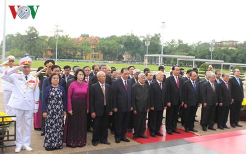 Lãnh đạo Đảng, Nhà nước vào lăng viếng Chủ tịch Hồ Chí Minh và tưởng niệm các Anh hùng liệt sỹ nhân kỷ niệm 71 năm Cách mạng tháng Tám và Quốc khánh 2/9 (Thời sự trưa 1/9/2016)