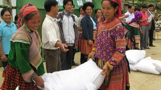 Đã có gần 1 triệu người nghèo trên cả nước được nhận gạo hỗ trợ của Chính phủ trong dịp Tết Đinh Dậu 2017 (Thời sự sáng 27/1/2017)