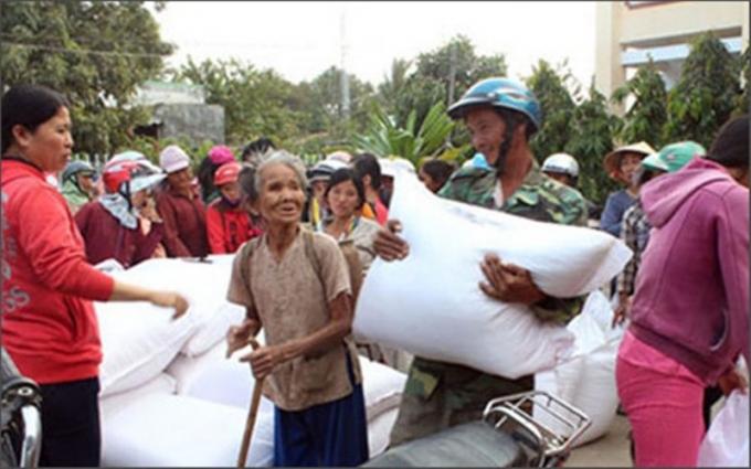 Bộ Lao động Thương binh và Xã hội yêu cầu các địa phương phải hỗ trợ gạo cứu đói cho người dân xong trước ngày 25 tháng Chạp (Thời sự đêm 6/1/2017)