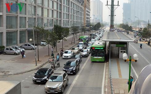 Sau những tín hiệu tích cực từ tuyến xe buýt nhanh số 1, lãnh đạo thành phố Hà Nội khẳng định, sẽ sớm triển khai tuyến xe buýt nhanh số 2 Kim Mã - Hòa Lạc (Thời sự đêm 7/1/2017)
