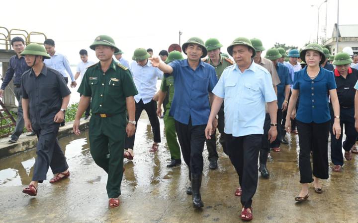 Trước diễn biến mưa lũ phức tạp, Thủ tướng Chính phủ Nguyễn Xuân Phúc đã hủy các cuộc làm việc tại Hải Phòng để thị sát và chỉ đạo ứng phó với ngập lụt, bảo vệ an toàn đê điều tại tỉnh Ninh Bình (Thời sự trưa 12/10/2017)