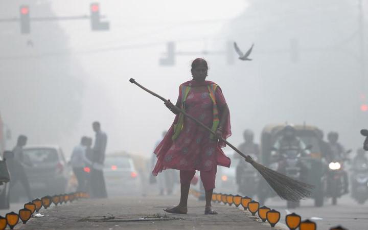 Chính phủ Ấn Độ cấm xe tải vào thành phố New Delhi để làm giảm tình trạng ô nhiễm không khí đáng bạo động tại đây (Thời sự đêm 11/11/2017)
