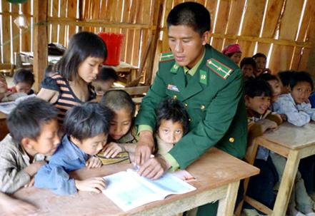 Lớp học nơi biên giới của những thầy giáo mang quân hàm xanh (9/12/2017)