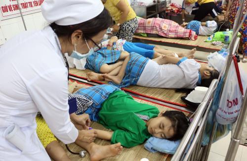 Hơn 100 học sinh của một trường tiểu học ở Vĩnh Long bị ngộ độc thực phẩm tập thể phải nhập viện cấp cứu (Thời sự đêm 10/2/2017)