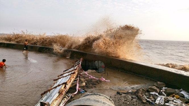 Sóng biển dâng cao tiếp tục đánh sập nhiều đoạn ở kè Gành Hào, tỉnh Bạc Liêu (Thời sự sáng 14/02/2017)